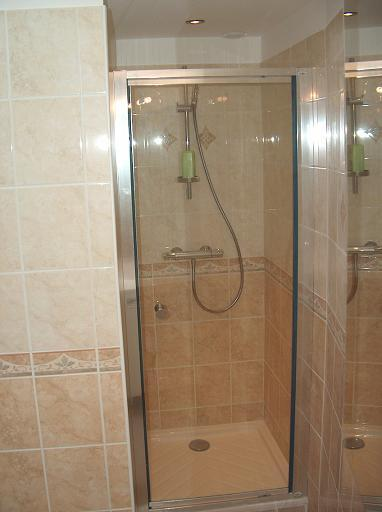 am nagement dune salle de bain troite id e inspirante pour la conception de la. Black Bedroom Furniture Sets. Home Design Ideas