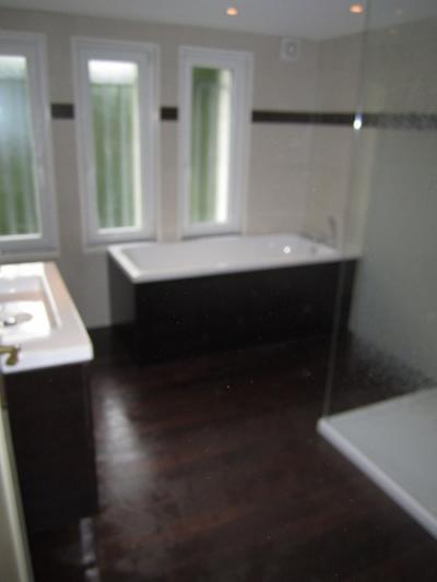 Salle de bains quip e d 39 une grande douche plomberie for Sanitaire salle de bain