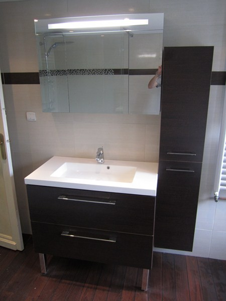 salle de bains quip e d 39 une grande douche plomberie. Black Bedroom Furniture Sets. Home Design Ideas